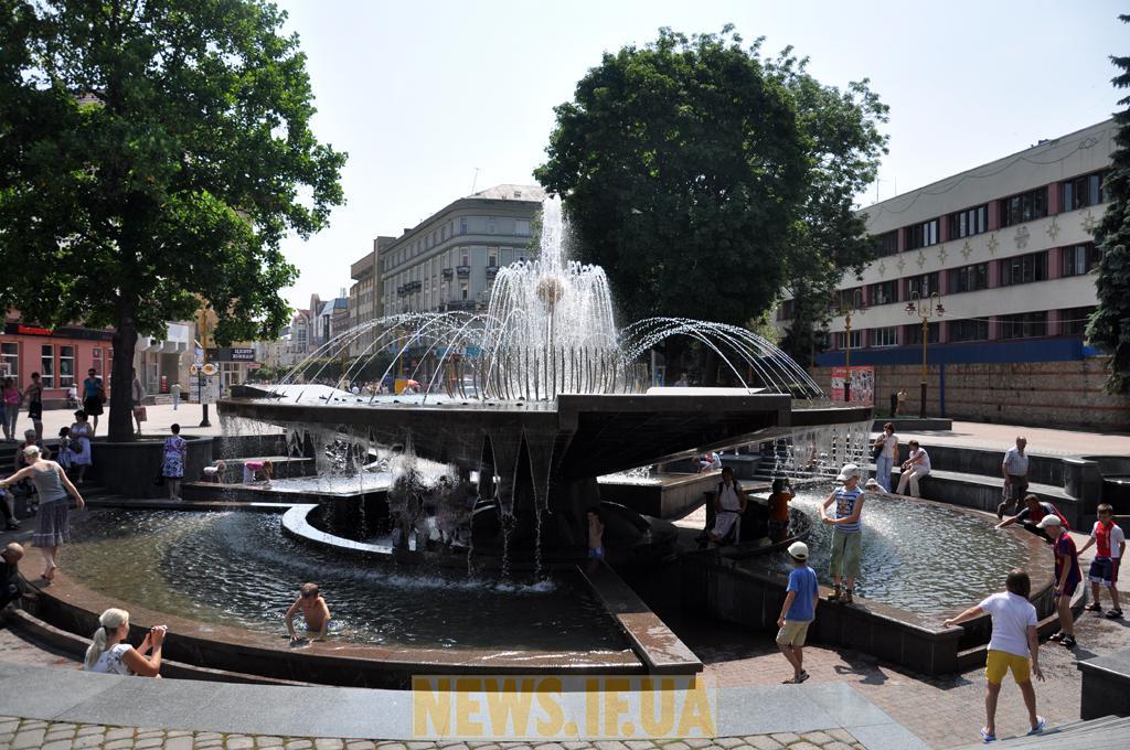 Івано-Франківський фонтан розмалюють фарбами